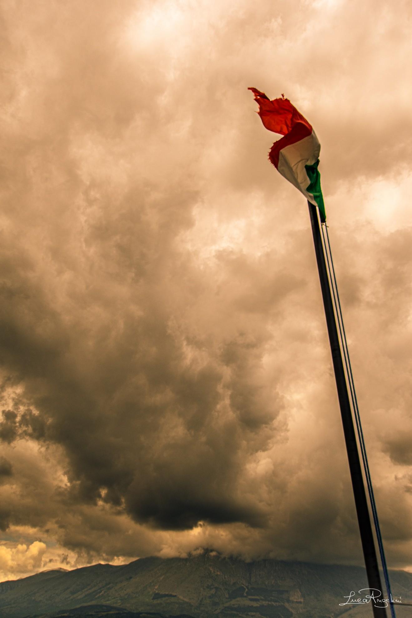 """- VIVA L'ITALIA - FRANCESCO DE GREGORI """"...L'Italia con gli occhi aperti nella notte triste viva l'Italia l'Italia che resiste..."""""""