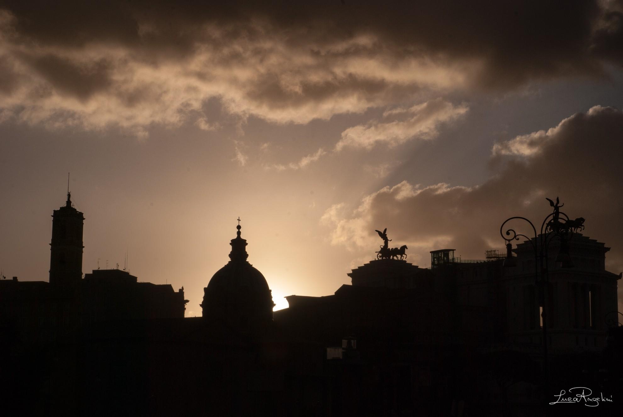 """- ROMA CAPOCCIA - ANTONELLO VENDITTI """"...Quanto sei grande Roma quand'è er tramonto quando l'arancia rosseggia ancora sui sette colli..."""""""