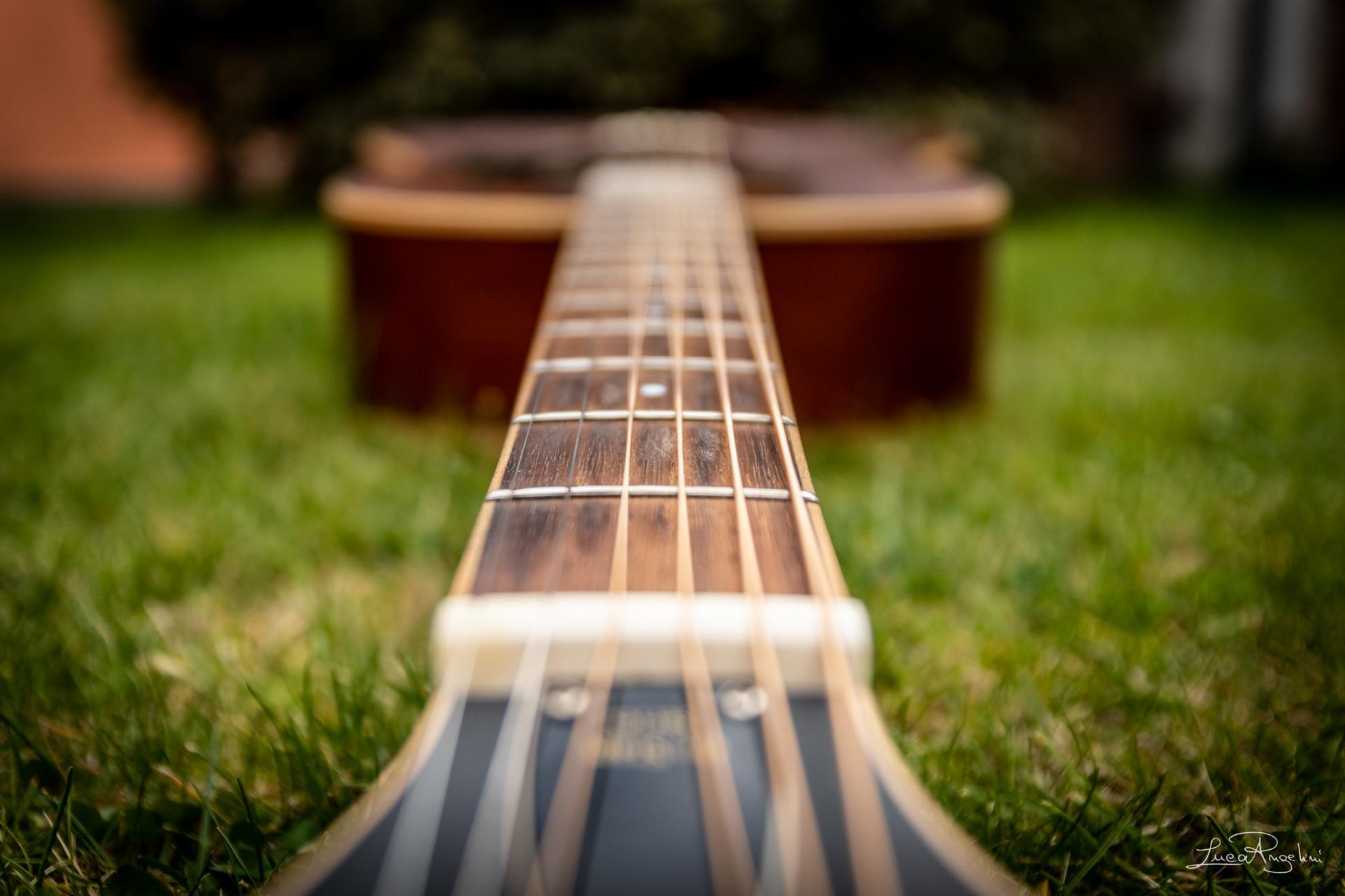 """- INFINITAMENTE - EROS RAMAZZOTTI """"...La chitarra ancora c'è e la tengo lì perché perché mi ha misurato il tempo senza te..."""""""